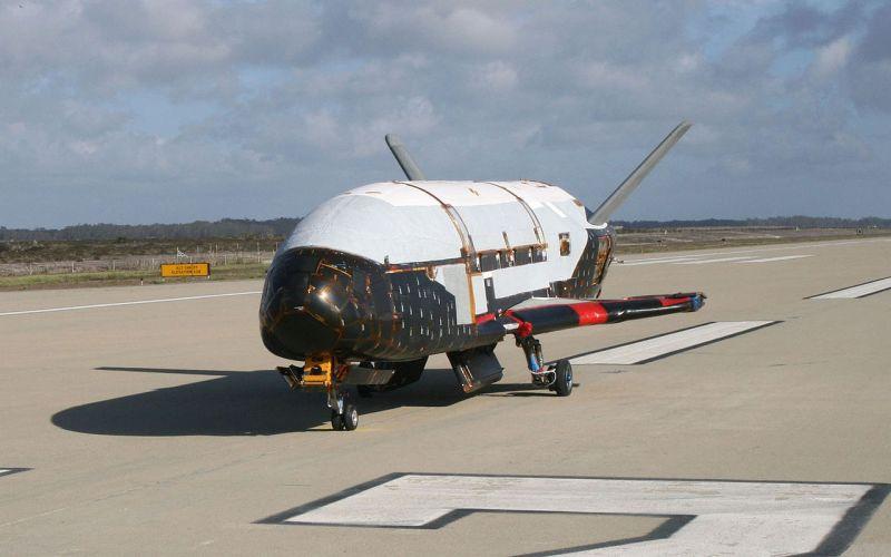 Х-37. 2006 год Х-37 очень полюбился сторонникам теории заговора, которые верят, что этот экспериментальный беспилотный орбитальный самолет является устройством для контроля над все и вся или оружием массового поражения. На самом деле назначение Orbital Test Vehicle (OTV) или орбитальной летающей станции неизвестно, но предполагается, что она создана для испытания технологий для будущего космического перехватчика, который будет сканировать космические объекты и, если это понадобится, устранять их кинетическим воздействием. 20 мая 2015 года аппарат Х-37В (OTV-4) был запущен с помощью ракеты-носителя «Атлас-5». ВВС США утверждают, что проводят испытания нового ионного двигателя, а НАСА проверяет воздействие среды на материалы в космосе.