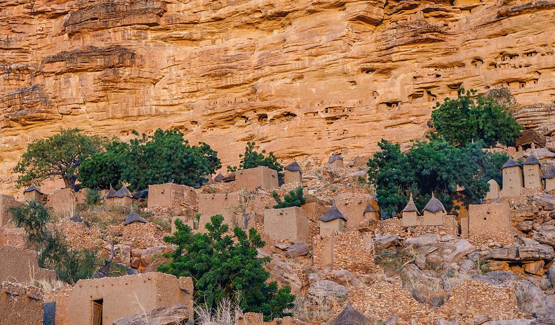 Бандиагара Мали Традиционные деревни догонов в Бандиагара стратегически расположены высоко над равнинами, окруженные крутыми ущельями. Сейчас Бандиагара являются излюбленным местом скалолазов.