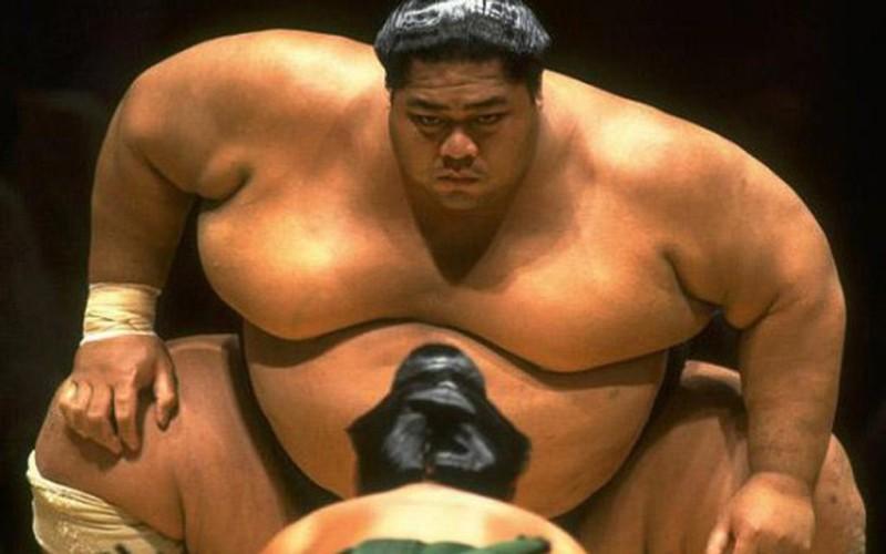 Фокусировка на весе и размере Когда дело доходит до проработки мускулатуры, людей, как правило, интересуют только две вещи: размер и вес. Чем больше, тем лучше, да? На самом деле, наиболее простым способом увеличения относительной силы будет снижение веса тела. Тренируйтесь с целью нарастить больше мышц и сжечь лишний жир, если вы, конечно,не готовитесь к соревнованиям по сумо.