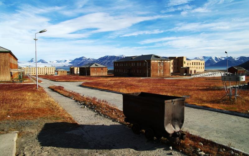 Поселок Пирамида, Россия Шахтерный поселок, основанный на острове Западный Шпицберген недалеко от берегов Норвегии. Изначально остров и поселок на нем принадлежали шведам, но позже были проданы СССР. В 1998 году, после закрытия шахт, поселок был покинут его обитателями. На фотографиях он производит довольно жуткое впечатление, не правда ли?
