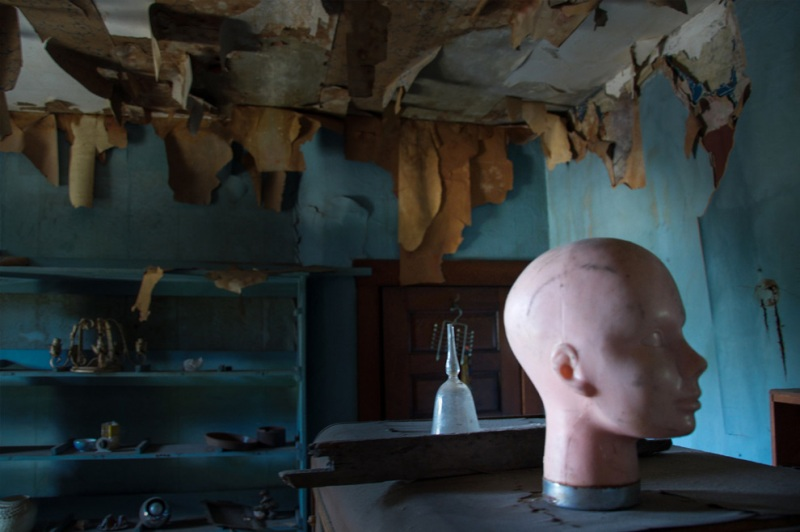 «Кукольный дом» из Филадельфии получил свое название за очень странный интерьер. В нем нет мебели и других свидетельств жизни, но весь дом заполнен куклами и металлическими стеллажами с пилами и другими инструментами.