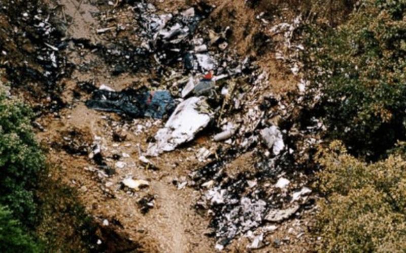 USAir 427 Год аварии:1994 Модификации:усовершенствование механизма рулевого управления  Boeing 737, выполнявший рейс по маршруту Чикаго-Флорида, заходил на промежуточную посадку в Питтсбурге. Но в 10 километрах от аэропорта борт резко перевернулся влево и рухнул на землю при скорости 483 км/ч. Ни один из 132 пассажиров не выжил. В случившимся USAir обвиняли производителя Боингов. Те же в свою очередь списывали крушение на ошибку пилотов. Чтобы установить кто прав, экспертам Национального совета по безопасности на транспорте NTSB потребовалось 5 лет. В итоге специалисты заключили, что крушение вызвало заедание руля направления, вызванное заклиниванием клапана сервомотора стабилизатора. Серия экспериментов с рулевым управлением из тысячи тестов показала, что при попадании гидравлической жидкости на охлажденный металл серво-клапан руля заедает. Для устранения этой недоработки компания Боинг потратила 500 миллионов долларов.
