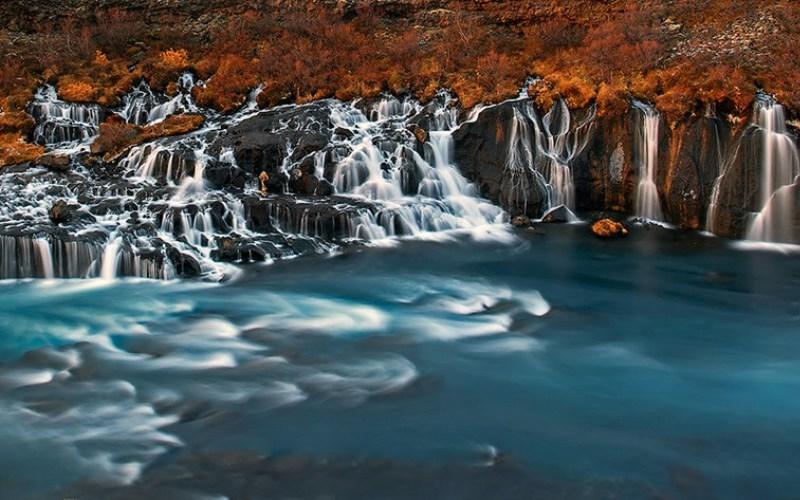 Водопад Хрёйнфоссар, Исландия Хрёйнфоссар представляет собой серию небольших водопадов, расположенных неподалеку от трубковидной лавовой пещеры Виудгельмир. Хотя его название можно перевести как «Лавовый водопад», вода, вытекающая из него, имеет ярко-бирюзовый цвет.