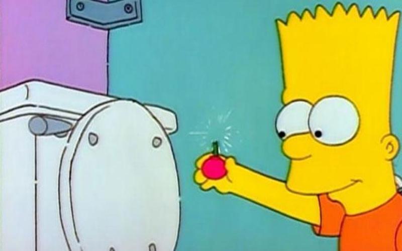 Ай, карамба! Но если Гомер хоть как-то пытается защищать и созидать, то Барт, наоборот, больше любит навести шороху, особенно когда дело касается злых шуток. Однажды он, например, решил проверить, что будет, если кинуть бомбочку в школьный унитаз. О, этот удивительный мир туалетов и их запутанная система труб, когда засор на любом этаже может вызвать бурю (причем не только эмоций) у хозяев других квартир, которые не имеют никакого отношения к злостному засорителю. В общем, если верить эксперименту Барта Симпсона, для которого ему понадобились школьный сортир, бомбочка и полное отсутствие тормозов, взрывная волна должна вытолкнуть воду из всех унитазов, объединенных одной водопроводной системой – то есть, сотворить своего рода гейзеры. Однако реальный результат Разрушителей не так безобиден – у Адама и Джейми все унитазы разлетелись на куски. Согласитесь, это совсем не то же самое, что безобидный фонтан из сортира.