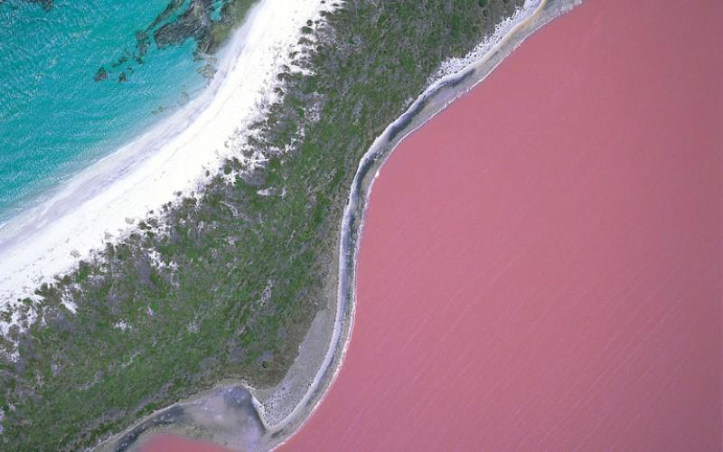 Озеро Хиллер Мидл-Айленд, Австралия  Происхождение таинственного розового цвета для ученых остается загадкой. Подозревают, что во всем виноваты обитающие там бактерии. Ярко-розовое, цвета жевательной резинки озеро Хиллер со всех сторон окружено белым песком и эвкалиптовой рощей.