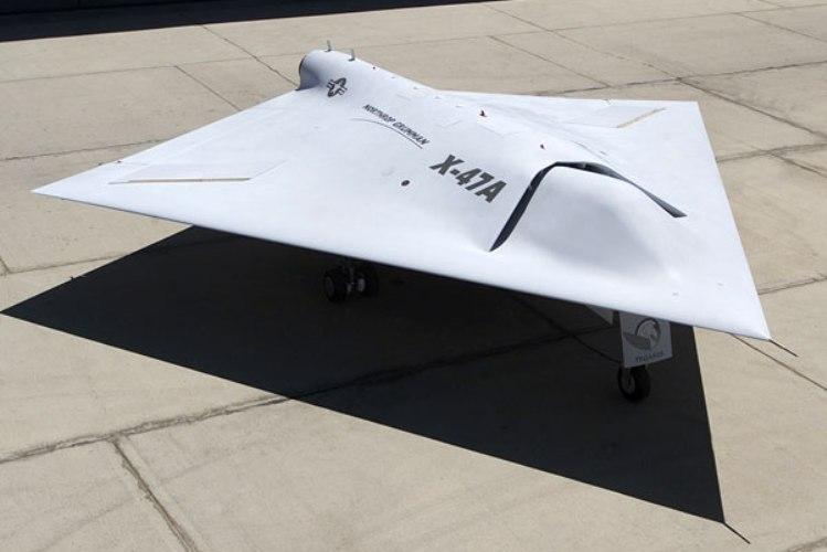Х-47. 2011 год С 2011 года дроны используются не только для наблюдений. X-47 Pegasus (англ. «Пегас») – боевой беспилотный летательный аппарат (немного похожий на НЛО) совершал взлеты и посадки на авианосец наравне со своими большими и грозными братьями. По сути Х-47 – это концептуальная модель, цель которой выявить все возможные проблемы, связанные с использованием дронов военно-морским флотом.