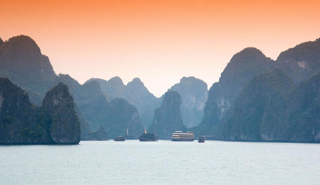 Бухта Халонг Вьетнам В этой бухте расположено более 3000 островов, что вполовину больше, чем живущих здесь людей. Туристы со всего мира ежегодно прибывают, чтобы приобщится величественной природе этого места.