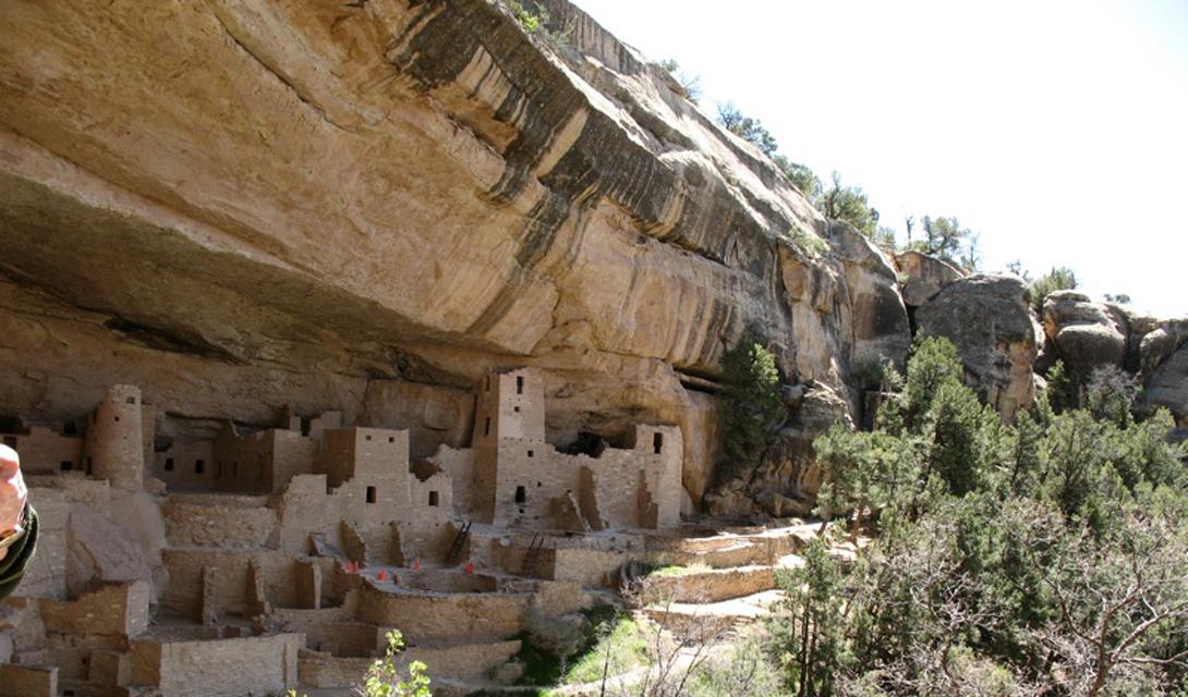 Меса-Верде США Пещерные жилища в Меса-Верде являются одним из наиболее хорошо сохранившихся археологических памятников Северной Америки. Жители оставались здесь до конца 1270, когда население начало мигрировать на юг в Нью-Мексико и Аризону.