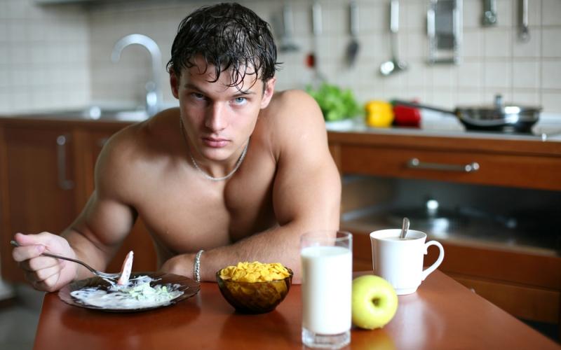 Недооценивание пользы белка Те, кто получает достаточное количество белка в течение дня, гораздо лучше сохраняют мышечную массу, чем те, кто этого не делает. Для регулярно тренирующихся нужно не более 2 грамм белка на килограмм тела в день, и это количество должно быть распределено между 5-6 небольшими приемами пищи.