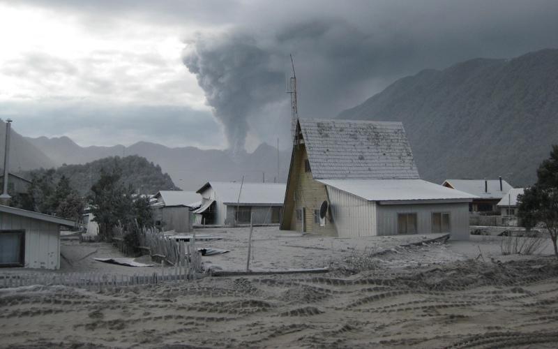 Чайтен, Чили Город был эвакуирован в 2008 году, когда вулкан, молчавший более 9 тысяч лет, неожиданно пробудился от спячки. В результате, река, на берегу которой стоял Чайтен, вышла из берегов и затопила часть города. Даже сейчас, спустя 7 лет, степень повреждений остается неизвестной – большая часть жителей переселилась в другие места и домой возвращаться не спешит.
