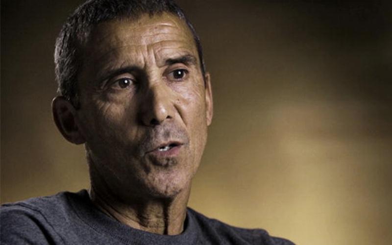 Мауро Проспери Во время проходящего через Сахару «Марафона в песках» в 1994 году итальянский полицейский Мауро Проспери сбился с дороги и заблудился в пустыне. Когда у него закончилась вода, он решил покончить жизнь самоубийством, перерезав себе вены. Но из-за недостатка воды в организме кровь была слишком густой и быстро свернулась. Видимо, сочтя это за знак, Мауро нашел в себе силы продолжить путь. Через 5 дней его нашла семья кочевников. Чтобы выжить, марафонец пил мочу и кровь летучих мышей, которых он нашел в мусульманской святыне. В общей сложности Мауро провел в пустыне 9 дней. За время своих скитаний он потерял 18 кг.