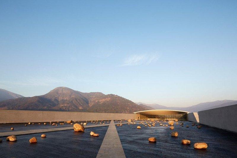 Винное хозяйство в чилийских Андах Винный завод в Андах стал последним шедевром гения от архитектуры, Смильяна Радича. Строение, идеально вписывающееся в местный ландшафт, было презентовано широкой публике 9 июня 2015 года. Прорубленный прямо среди скал туннель с водой охлаждает подземный винный завод, названный Винья-Виком.
