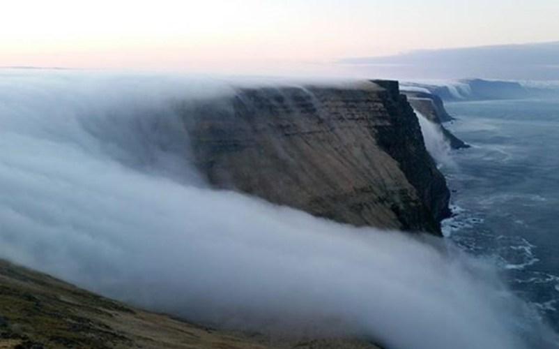 Туманный водопад, Исландия И снова наш путь привел нас в страну чудес – Исландию. Туманный водопад выглядит очень впечатляюще, но, к сожалению, это необычное природное явление нельзя увидеть каждый день. Из-за постоянного рева ветра даже звучит туманный водопад как настоящий.