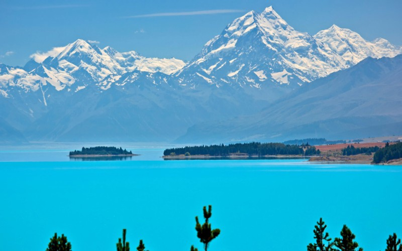 Озеро Пукаки Саус-Айленд, Новая Зеландия  Это большое высокогорное озеро в Новой Зеландии отливает всеми оттенками голубого цвета. И все благодаря мелкозернистым минералам, вымываемым с близлежащих ледников.