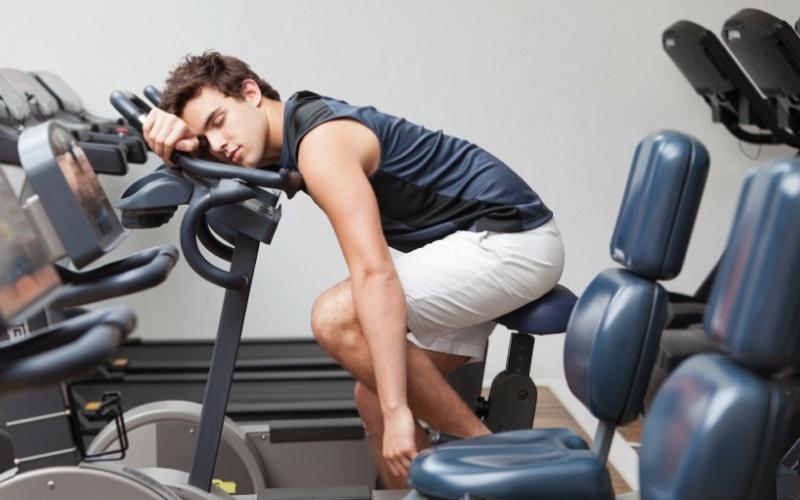 Не получать достаточно сна Трудно строить мускулатуру и сжигать жир без достаточного количества сна. В лучшем случае, это 7-8 часов в день. Сон – это время, когда активируется большинство гормонов, таких как гормон роста и тестостерон. Лишив себя полноценного сна, вы сами же подрываете свои усилия, направленные на увеличение мускулатуры и сжигание жира.