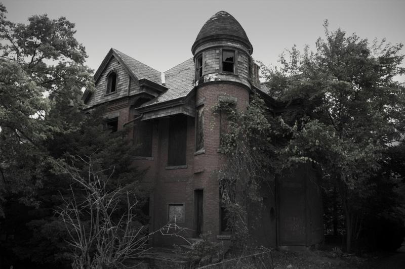 Этот дом в городе Хартфорд примечателен тем, что помимо сопровождающих его историй о приведениях, стал источником идеи известного сериала «Американская история ужасов».