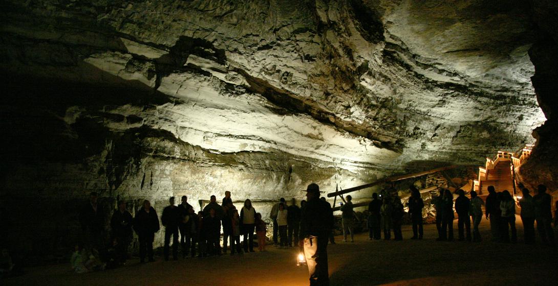 Пещера мамонта, Кентукки Пещера Мамонта является самой длинной в мире — известная продолжительность подземных ходов составляет около семисот километров, а неизвестная — около тысячи. Находки в пещере говорят о том, что первый человек тут появился за две тысячи лет до нашей эры, хотя в ту пору наши предки мало напоминали современных людей.