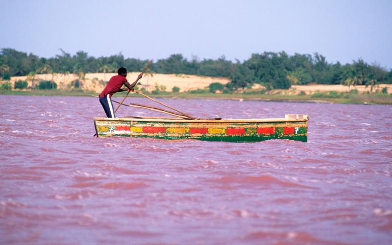 Озеро Ретба Кап Верт, Сенегал  Ретба, также известное как Розовое озеро, получило такое название, как нетрудно догадаться, благодаря ярко-розовому цвету его вод. Его назвали своим домом цианобактерии Dunaliella, для которых высокая концентрация солей в воде, сделала Ретбу идеальной средой обитания.