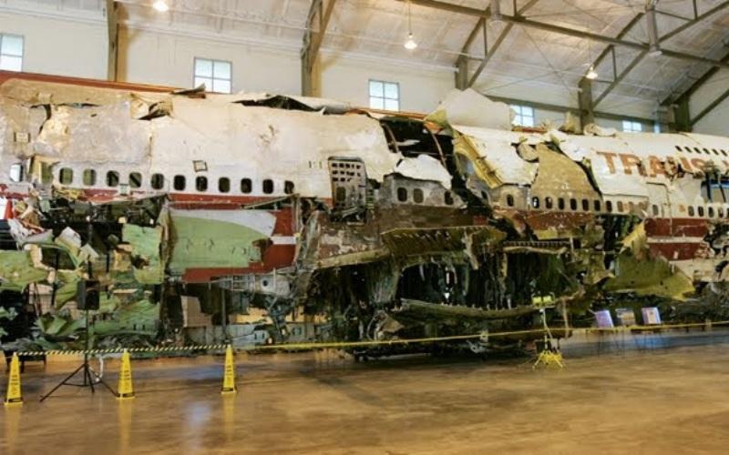 TWA 800 Год аварии:1996 Модификации:система генерации азота  Рейс 800 авиакомпании Trans World Airlines 17 июля 1996 года вылетел из аэропорта Джона Кеннеди в Нью-Йорке в Рим. Следуя по заданному маршруту, самолет должен был совершить плановую посадку в Париже, однако до столицы Франции борт так и не долетел. Спустя примерно 12 минут после взлета Боинг-747 взорвался в воздухе. Все 230 человек, находившиеся на его борту, погибли. Среди возможных причин катастрофы эксперты назвали террористическую бомбу или ракетную атаку. Но в ходе расследования спецслужб, обе эти версии были опровергнуты. По заключению экспертов, аварию спровоцировало замыкание проводов вне топливного бака. Из-за него на провода, соединяющие систему измерения уровня топлива внутри бака, было подано нештатное высокое напряжение, вызвавшее воспламенение и взрыв центропланного топливного бака. После этой катастрофы Боинги оснастили системой, нагнетающей в центральный топливный бак обогащенную азотом газовую смесь. Эта технология позволила минимизировать вероятность самовозгорания и взрыва паров топлива в баках самолетов. С 2008 года подобной системой укомплектовали все самолеты.