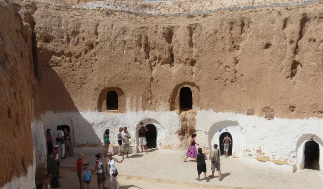 Матмата Тунис Что напоминают вам эти постройки? Правильно, «Звездные войны»! Эти традиционные пещерные дома в Матмата показывают, как берберы приспосабливались к существованию в раскаленной тунисской пустыне.