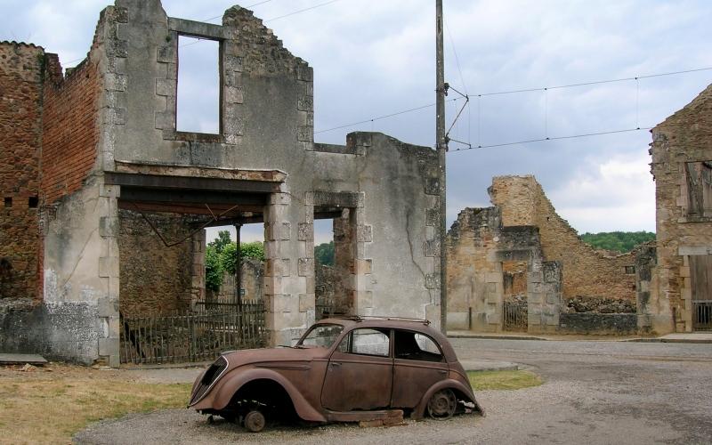 Орадур-сюр-Глан, Франция Практически все население этой французской деревни было жестоко вырезано в 1944 году немецкими эсэсовцами. Хотя неподалеку построили новую деревню, Орадур-сюр-Глан было решено сохранить в память о 642 мужчинах, женщинах и детях, убитых во время войны.