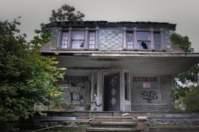В этом доме жил серийный убийца Майкл Мэдисон, который использовал подвал как место расправы над своими жертвами.