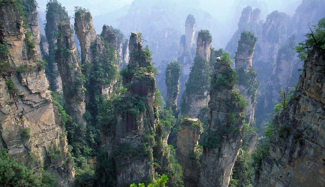Горы Улинъюань Китай Эта горная система находится на севере провинции Хунань. Своим обликом горы обязаны выветриванию песчаников. Именно здесь Кэмерон снимал свой «Аватар» — один из пиков был, впоследствие, переименован властями провинции в «Ура, Аватар!».