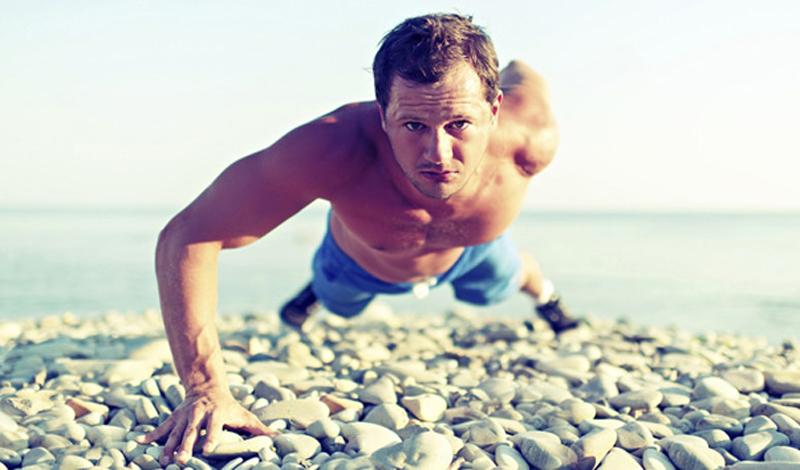 Делай правильно или не делай совсем Этот принцип вообще применим во всех сферах жизни, но к тренировкам — в особенности. Неправильное положение чего угодно неизбежно приводит к дисбалансу нагрузки и, как следствие, растяжениям, травмам или, в лучшем случае, несимметричному развитию. Оно тебе надо? Вот никому тоже, но, тем не менее, многие упорно продолжают наращивать веса или повторения в ущерб технике. Даже банальные отжимания, подтягивания и присед у большинства сильно далеки от совершенства. Поработай над этим, попроси, чтобы подсказали, если не уверен, и тогда тело непременно откликнется лучшим самочувствием, массой и рельефом.