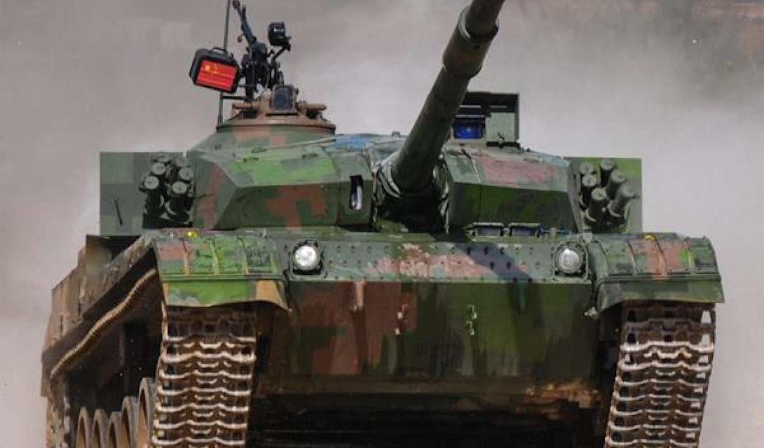 На этом снимке тяжелый китайский танк ZTZ-96A проходит этап гонки по пересеченной местности. Вес этого монстра составляет целых 50 тонн, что не мешает подготовленной команде проделывать с ним сложнейшие трюки.