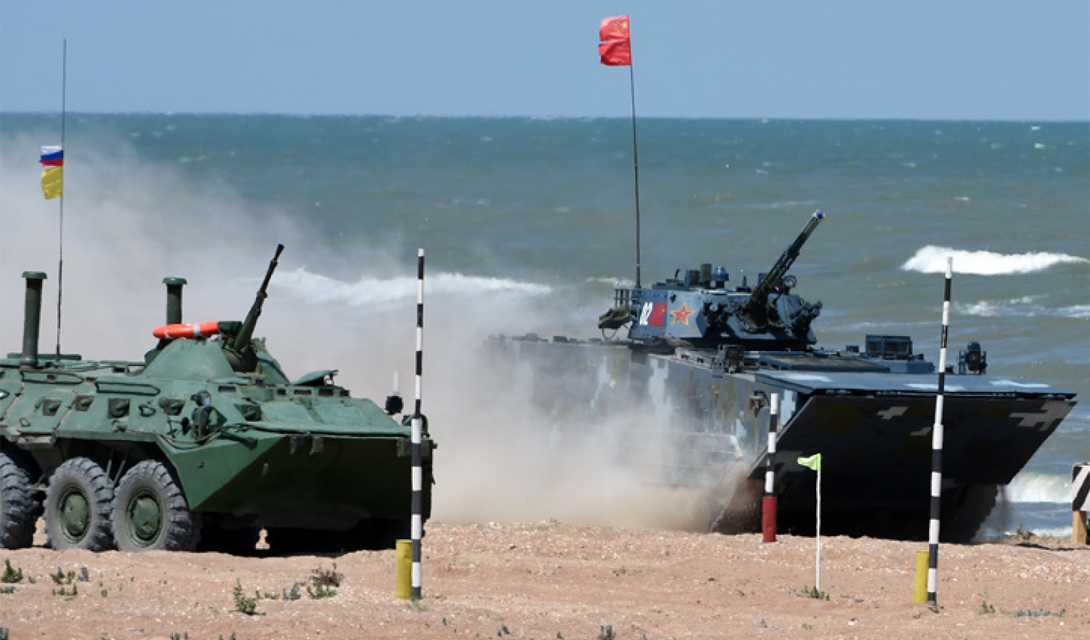 Амфибия ZDB-05 рядом с русским БТР, также способным работать и в воде, и на земле.