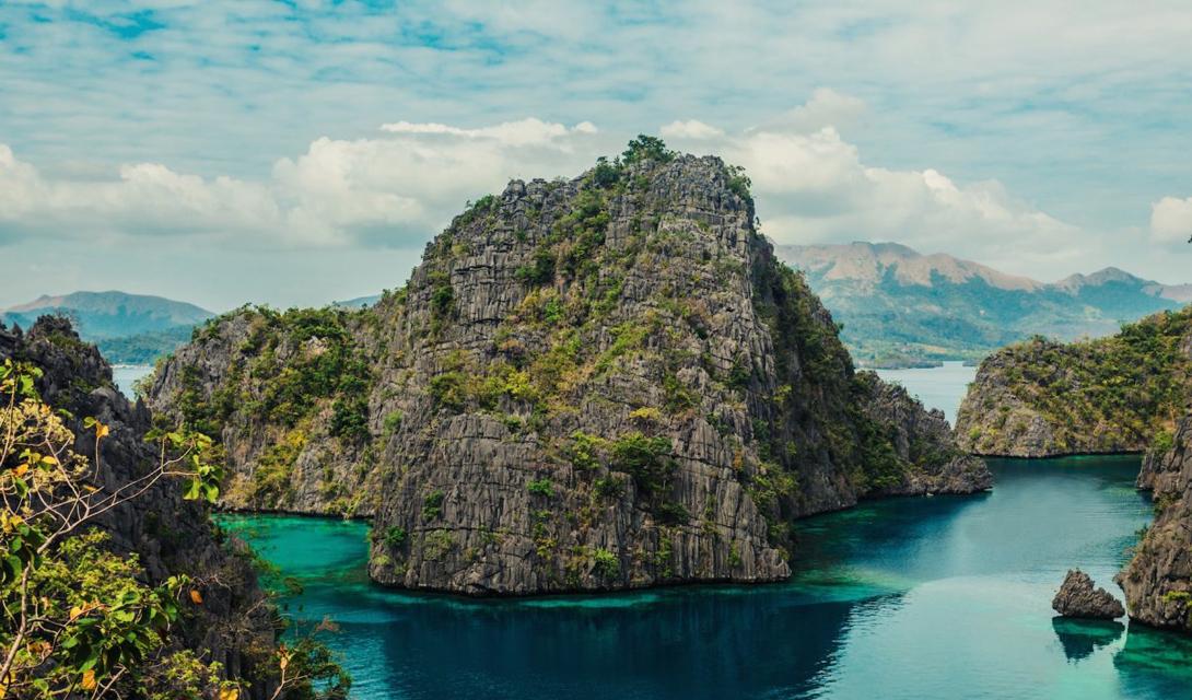 Озеро Кайянган — одна из главных достопримечательностей острова Короны. Бухта с кристально чистой, потрясающе зеленой водой находится на небольшой высоте: после десятиминутного подъема отказаться от купания здесь не сможет никто.