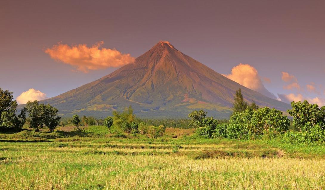 Гора Майон, расположенная на острове Лузон, самый активный действующий вулкан на Филиппинах. Идеальная симметрия его сторон делает вулкан настоящим подарком для путешественника-перфекциониста.