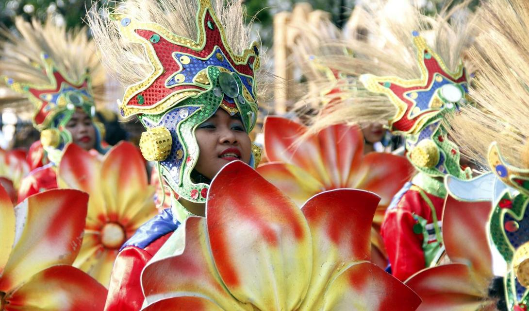 Красочный фестиваль Aliwan проходит в Маниле каждый год. Группы разных культурных традиций сходятся, чтобы поучаствовать в танцевальном параде, конкурсе красоты и соревнованиях по плаванию.