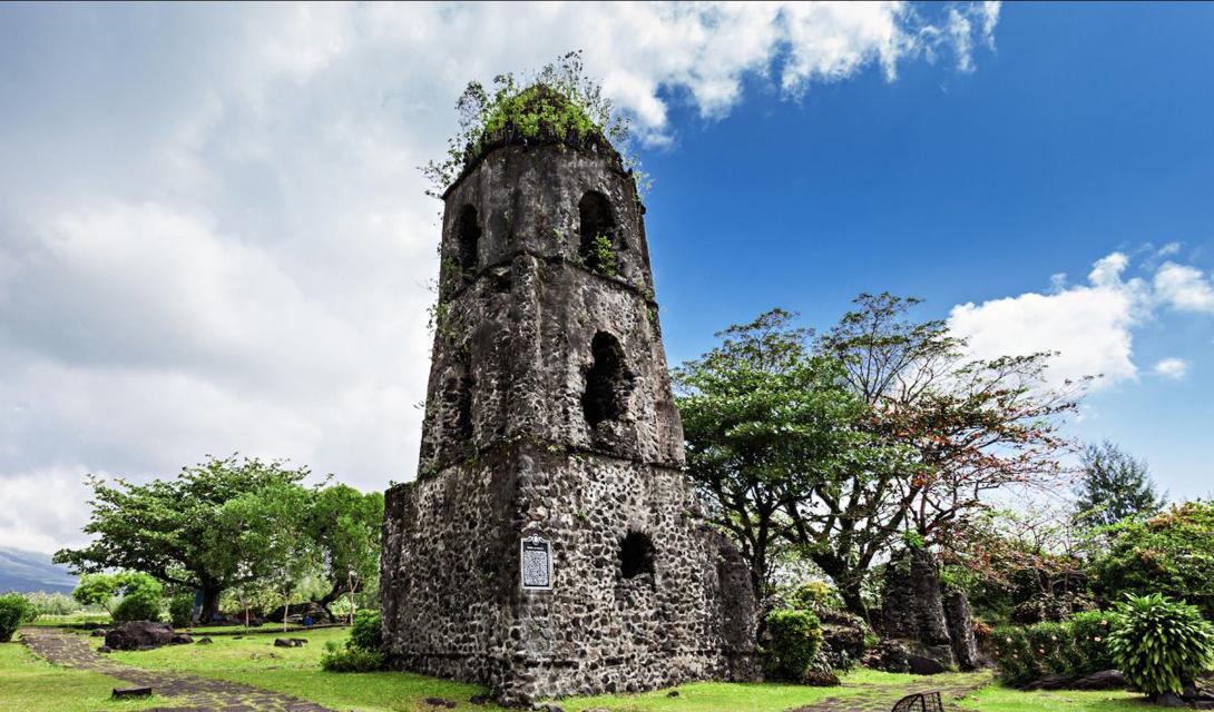 Единственная уцелевшая башня монастыря францисканцев несколько оттеняет природную красоту горы Майон. По преданию, все остальные строения были разрушены как раз во время извержения вулкана, но этот факт исследователи находят спорным.