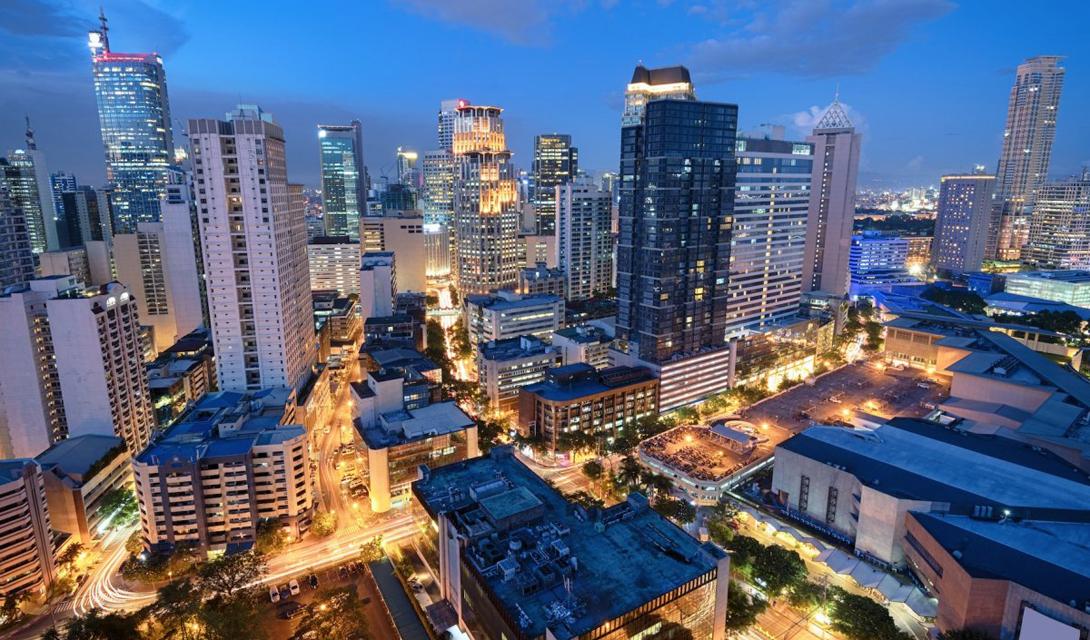 Город Манила является столицей Филиппин. Город расположен на берегу залива, на острове Лусон.