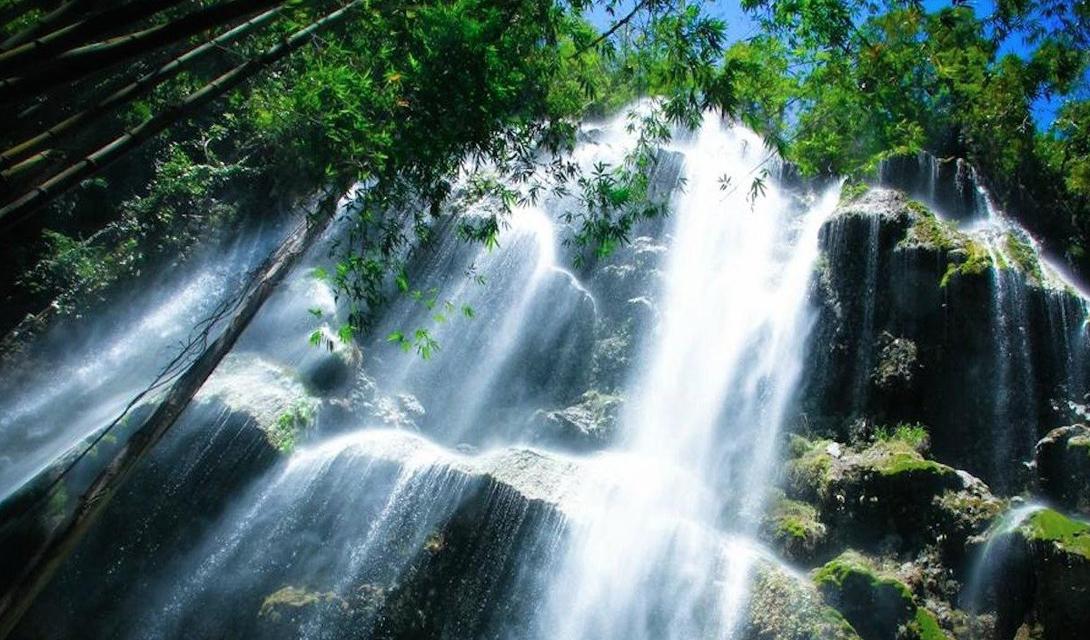 Величественный водопад Тумалог расположен неподалеку от города Ослоб, остров Себу. Это природа в своем лучшем виде: чистейшая вода каскадом срывается с замшелых скал, окруженных тихим лесом.