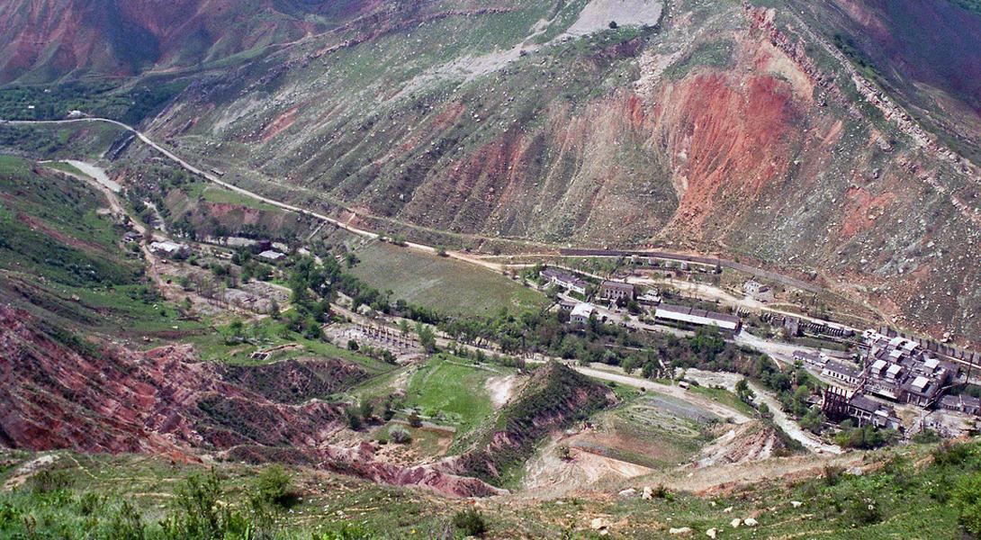 Майлуу-Су Кыргызстан Майлуу-Суу — шахтерский городок на юге Кыргызстана, известен как одно из самых загрязненных мест во всем мире: именно сюда свозились радиоактивные отходы со всего Советского Союза.