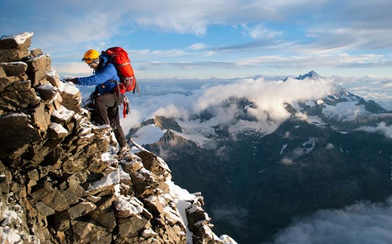 Маттерхорн Месторасположение: Швейцария, Италия. Альпы Высота: 4478 м Один из самых сложных для покорения пиков в Альпах – его северный склон вообще считается непреступным и технически самым сложным для покорения. Не облегчают подъем частые лавины и камнепады. Однако в 1865 году вершину Маттерхорна покорили сразу дважды. Правда, первая группа из четырех человек сорвалась в пропасть из-за обрыва троса.