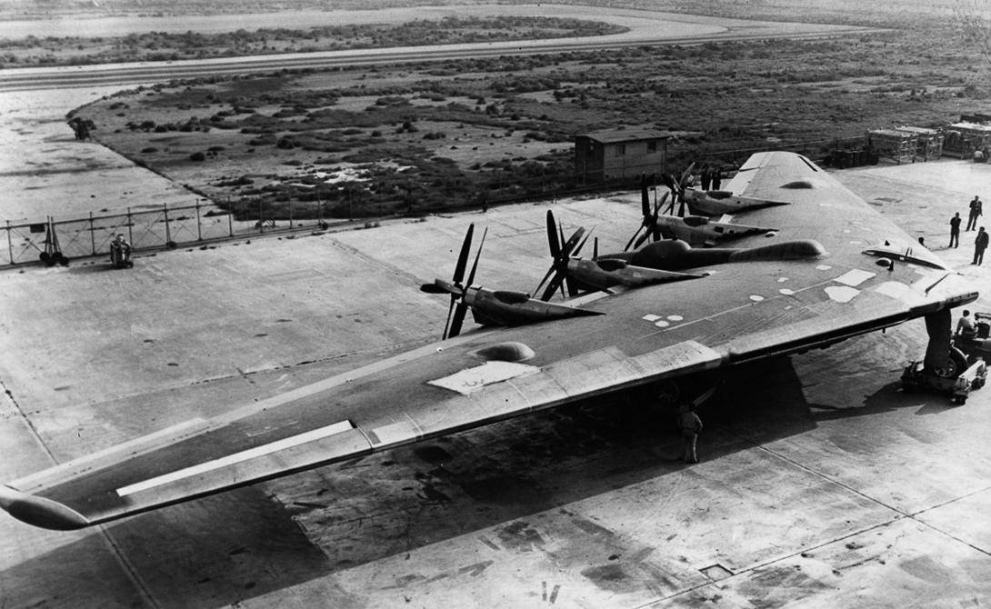 XB-35 и YB-35 По заказу Army Air Corps, немецкий инженер Роберт Нортроп разработал несколько вариантов бомбардировщика, выбрав для его конструкции тип «летающего крыла». Модели XB-35 и YB-35 приводятся в движение четырьмя винтами, установленными на обратной стороне крыла. Они вызвали у специалистов умеренный успех и вскоре были сняты с конвейера.