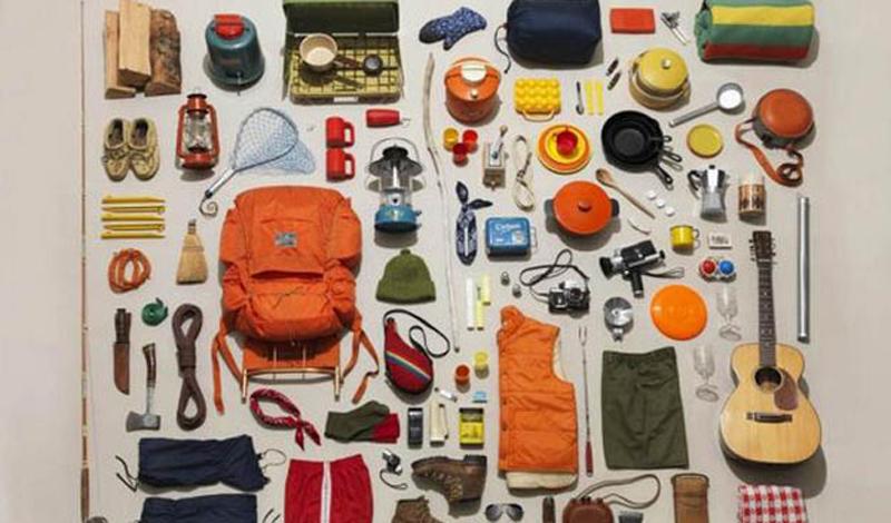 Будьте организованы Во время длительного похода вам приходится иметь дело с кучей вещей. Если упаковать рюкзак кое-как, то проблем на кемпинге не оберешься. Перчатки и носки будут везде, нож окажется на дне огромного рюкзака, а спички вы вообще забудете дома. Чтобы избежать этого провала, потратьте лишние несколько часов на организованность. Собирайте рюкзак по системе, складывая мелкие вещи по типу и размеру в отдельные упаковки. Если отделений у рюкзака много — не стесняйтесь составить список разложенных по карманам вещей. Сэкономите массу времени.