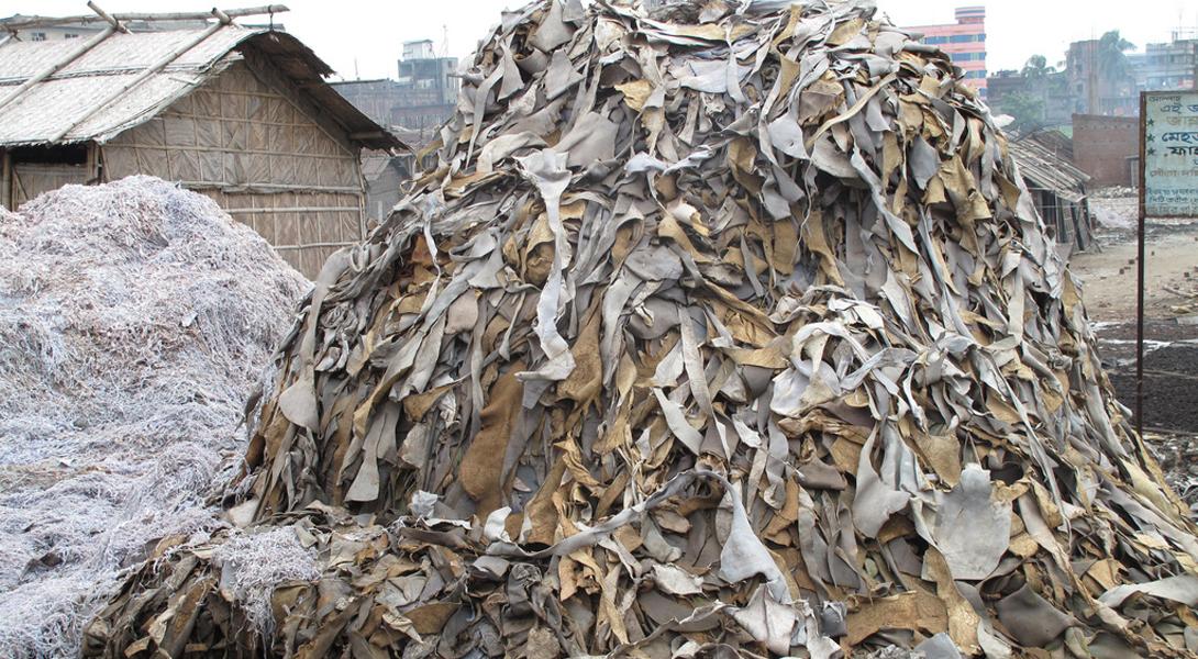 Дакка Бангладеш В Дакке находятся до 95% официально зарегистрированных в стране кожевенных завода. Эти предприятия устарели и сваливают в реки до 22 000 кубических литров токсичных отходов каждый день. Один из этих токсинов — шестивалентный хром, который приводит к развитию рака.