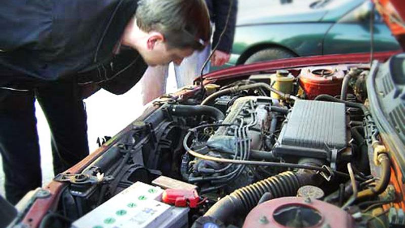 Двигатель Расположение двигателя также может многое рассказать о прошлом машины. Заводская установка горизонтальная: если двигатель имеет хоть малейшие углы наклона — значит автомобиль пережил лобовое столкновение.