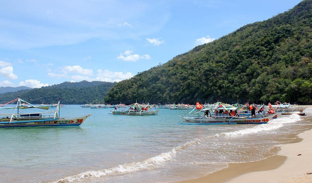 Впервые остров открыли еще китайские купцы, в так называемую доколониальную эру. Сейчас же, на сравнительно небольшой территории проживает целых 87 этносов.
