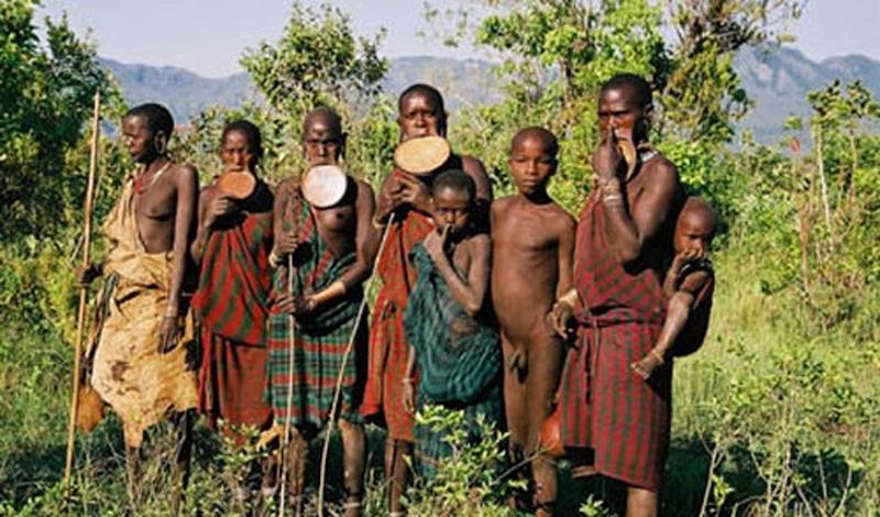 Племя Сурма Эфиопия Небольшое плато, расположенное в горах между Кенией, Эфиопией и Суданом, стало родным домом для одного из самых странных племен мира. Сурма были найдены только в конце прошлого века и до сих пор отказываются вступать в контакты с цивилизацией. Внешний вид аборигенов весьма примечателен: они очень любят украшать свои бритые наголо головы причудливыми композициями из цветов и палок, а нижнюю губу растягивают до невероятных размеров.