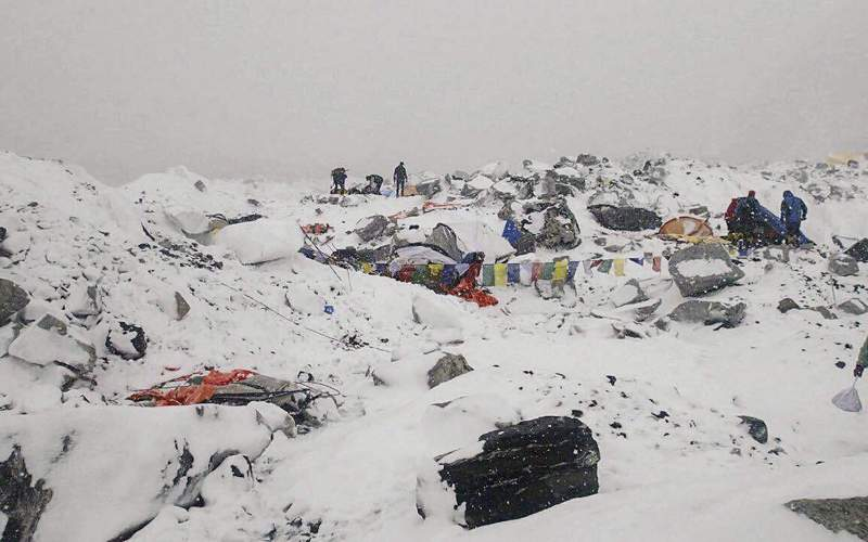 Эверест Месторасположение: Непал, Китай. Гималаи Высота: 8848 м Эверест – это современная Голгофа. Каждый, кто наберется смелости и решит забраться на дышащую могильным холодом гору, знает – шанс вернуться может и не выпасть. Об этом непременно напомнят тела тех, кому уже не суждено спуститься. Из более чем 7 тысяч поднявшихся на Эверест официально считаются погибшими около 250 человек. В процентном соотношении эта цифра не так велика, но статистика перестает успокаивать и оборачивается кошмаром наяву тогда, когда поднимаешься и видишь тела тех, кто тоже верил в свою неуязвимость.