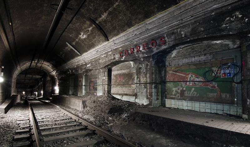 Коррео Барселона, Испания Correos была открыта в 1934 году в качестве конечной станции первой линии метрополитена Барселоны. Она закрылась в 1974 — на реконструкцию, которая так никогда и не закончилась. Старые объявления все еще висят на обшарпанных стенах, что добавляет станции колорита.