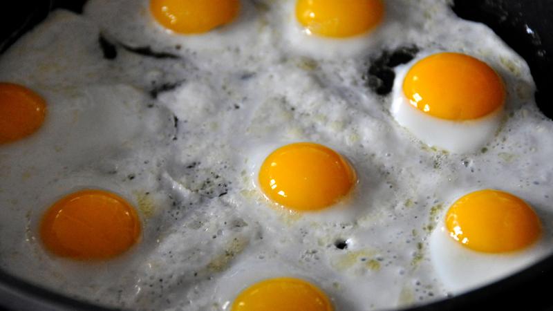 Красные высыпания на лице, выпадение волос Что нужно: биотин Биотин (В7) известен также как главный витамин для волос. В то время как наше тело сохраняет запасы жирорастворимых витаминов А, D, Е, К, большинство витаминов группы В нужно постоянно пополнять. Ешьте больше лосося, авокадо, грибы, цветной капусты, сои, орехов, малины, бананов и приготовленных яиц.