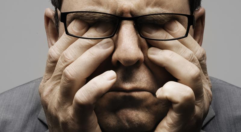 Стресс Стресс — первая реакция вашего тела на непредвиденную неприятную ситуацию. Это естественный способ организма экстренно включать защитную систему, причем вне зависимости от того, является ли опасность внешней или внутренней. Многие из людей научились использовать постоянный стресс себе на пользу: спортсмены подвергают свое тело все большим нагрузкам, ученые разгоняют свой разум все более сложными задачами. Но тот же стресс может и полностью уничтожить организм. Дело в том, что наше тело реагирует на неприятную ситуацию, выкидывая в кровь несколько гормонов: допамин, адреналин, норадреналин и кортизол. Последний повышает артериальное давление и подавляет иммунную систему. Эпинефрин же максимально ускоряет печеночный метаболизм, чтобы произвести как можно больше глюкозы. Все вместе это вполне может привести к самым неприятным последствиям.