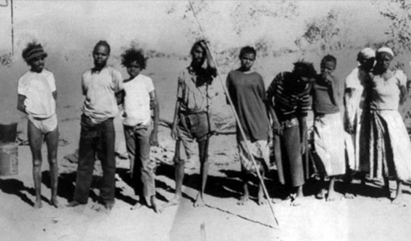 Пинтупи Австралия На территории Австралии до сих пор существует множество племен, которые хоть и знают о существовании цивилизации, но отнюдь не стремятся поддерживать с ней какой-либо контакт. Группу Пинтупи совершенно случайно обнаружили археологи: 9 человек, наряженных в обноски с любопытством исследовали промышленный район Сиднея, явно намереваясь разбить лагерь у сточных ям — видимо, сочли их неким водопоем. Интереса к белым людям Пинтупи не проявили и, вскоре, отправились куда-то вглубь континента.