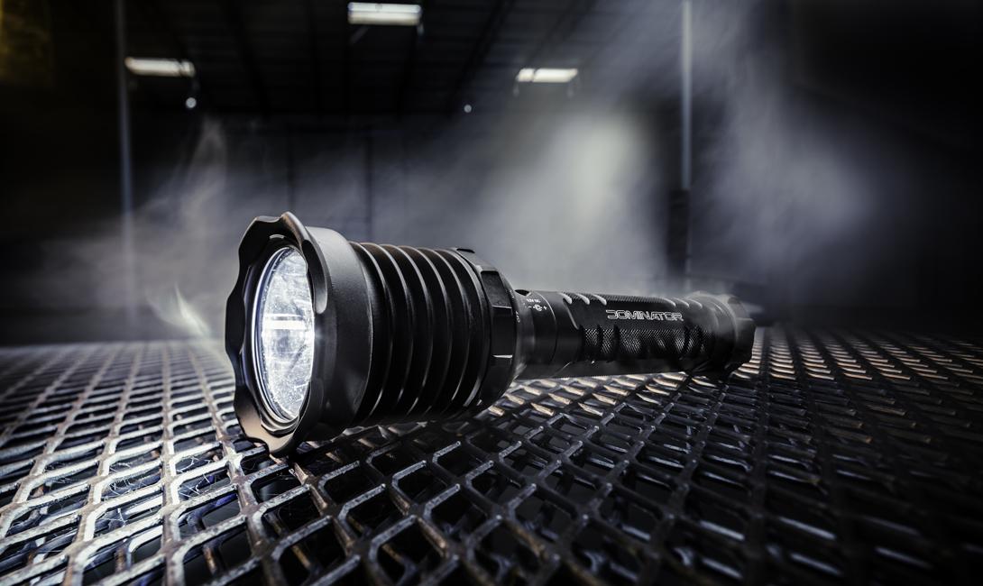 Какой фонарь выбрать Тактический фонарь должен отвечать нескольким категориям. Выбирайте небольшой размер, чтобы носить его каждый день. Мощность не меньше 150 люменов — иначе не получится дезориентировать нападающих. Простота будет плюсом: вам не нужны все эти функции стробоскопа, выдачи сигнала SOS и значка бэтмена. Естественно, нужно позаботиться о выборе водонепроницаемого и прочного девайса. Лучше всего будет корпус из анодированного алюминия.